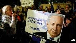 Para pendukung PM Benjamin Netanyahu melakukan aksi unjuk rasa di depan kediaman PM Israel di Yerusalem (21/11).