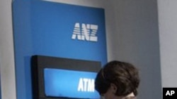 អតិថិជននៃធនាគារអេអិនហ្សិត (ANZ) បើកប្រាក់ពីម៉ាស៊ីនបើកប្រាក់ស្វ័យប្រវត្តិ (ATM) នៃធនាគារអេអិនហ្សិតនៅកម្ពុជា។