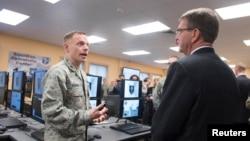 Menhan AS, Ashton Carter (kanan) mendapat penjelasan mengenai kemampuan unit dunia maya Garda Nasional Amerika di Washington DC, dalam kunjungan hari Jumat (4/3).