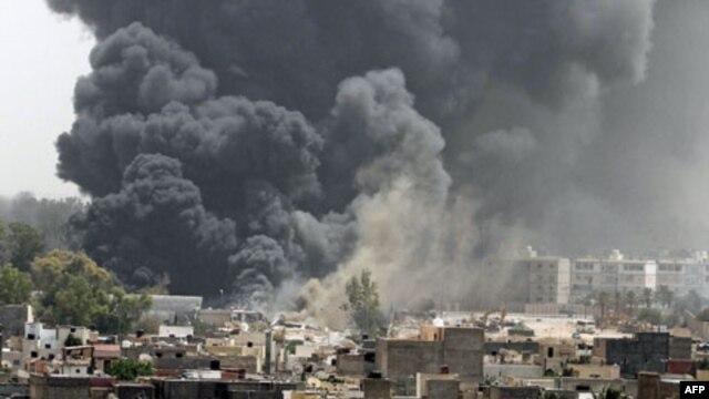 Khói bốc lên sau các cuộc không kích của NATO ở Libya