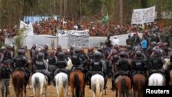 Suku asli Indian Amazon digusur oleh polisi di Iranduba, dekat Manaus, September 2013.