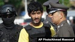 Cảnh sát Thái áp giải Yusufu Mierili, một trong 2 người bị truy tố về vụ tấn công đền Erawan ở Bangkok vào ngày 17/8/2015.