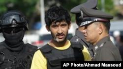 9일 태국 방콕에서 에라완 사원 폭탄 공격 용의자 유수프 미에라일리가 현장 검증을 하고 있다.