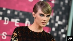 FILE - Taylor Swift arrives at the MTV Video Music Awards .