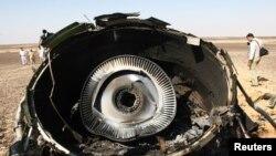 Des experts militaires égyptiens examinent l'un des fragments de l'avion russe qui s'est écrasé samedi dans le Sinaï avec 224 personnes à bord - 1 novembre 2015.