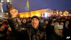 Người biểu tình hô khẩu hiệu chống chính phủ tại Quảng trường Độc lập ở Kiev, Ukraine, ngày 21/2/2016.