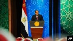 Le président égyptien Abdel-Fattah el-Sissi parle à des représentants gouvernementaux au Caire, Egypte, le 8 décembre 2016.
