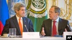 존 케리 미국 국무장관(왼쪽)과 세르게이 라브로프 러시아 외무장관이 13일 프랑스 파리에서 시리아 평화회담 개최 방안을 협의했다.