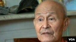 龙毓华历经坎坷才成为美国公民,但老人无怨无悔,从日本战俘营出来后,他把每天都当成假日。