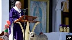 Paus Fransiskus menyampaikan pesan-pesannya saat Misa di San Cristobal de las Casas, Meksiko,. Senin, 15 Februari 2016.