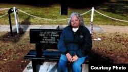 미군 한국전 참전용사를 남편으로 둔 조나 칵크럴 할머니가 자신이 기증한 화강암 의자 위에 앉아 있다. 칵크럴 할머니는 남편의 유언에 따라 한국전 실종 미군을 잊지 말자는 캠페인을 벌이고 있다.