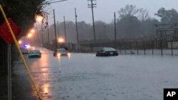 Los conductores intentan continuar su paso a través de las crecidas repentinas en Hattiesburg, Mississippi, el jueves 27 de diciembre de 2018.