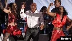 Menteri Kesehatan Afrika Selatan, Aaron Motsoaledi (tengah), ikut menari bersama dalam kampanye pemberantasan HIV/AIDS di Katlehong, di luar Johannesburg (foto: dok).