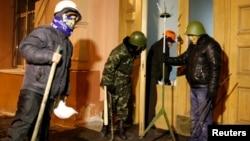 1月27号乌克兰反政府抗议者站在司法部进口处