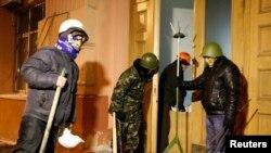 乌克兰反政府抗议人士2014年1月27日进入了首都基辅的司法部入口。