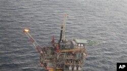 Salah satu anjungan pengeboran minyak di teluk Mexico milik Shell, Chevron dan British Petroleum (Foto: dok). Para peneliti telah menemukan metode baru untuk mencegah peningkatan pembekuan methan hidrat yang dapat menyumbat pipa minyak laut-dalam.