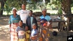 Abdul Fakir com um grupo de crianças