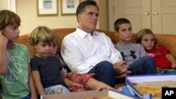 El candidato republicano Mitt Romney mira la Convención Republicana desde el cuarto de su hotel con sus nietos, el miércoles por la noche.