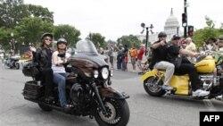Bà Sarah Palin cưỡi xe mô tô ngang qua Điện Capitol ở thủ đô Washington, 29/5/2011