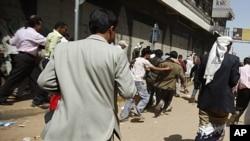 首都萨那的抗议者9月19日在也门安全部队开枪后四下奔逃