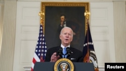 Presiden AS Joe Biden berbicara tentang tanggapan pandemi COVID-19 pemerintahan Biden di Ruang Makan Negara di Gedung Putih di Washington, AS, 2 Maret 2021. (Foto: REUTERS/Kevin Lamarque)