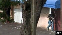 Lực lượng trung thành với ông Alassane Ouattara tấn công dinh Tổng thống ở Abidjan, ngày 1/4/2011