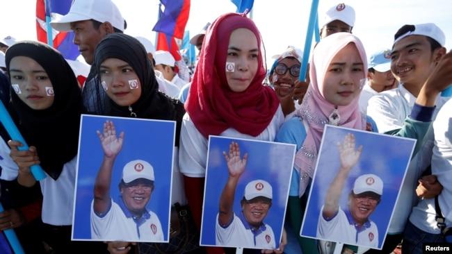 Người ủng hộ thủ tướng Hun Sen diễu hàng tại Phnompenh, Campuchia, hôm 2/6/2017. Có nhiều tranh cãi về việc liệu ông Hun Sen có công hay có tội trong việc đưa quân Việt Nam sang giải phóng đất nước khỏi phiến quân Pol Pot.