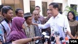 Presiden Joko Widodo bertemu orangtua tersangka pelaku penghinaan terhadap dirinya di Jakarta (1/11). (VOA/Andylala Waluyo)