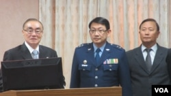 台湾新任国防部长冯世宽(左一)首次在立法院接受质询