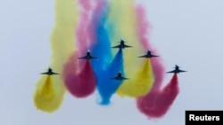 1일 중국 광둥성 주하이에서 개막한 제11회 중국 국제항공항천 박람회에서 인민해방군 소속 '젠10' 전투기 편대가 시범비행을 하고있다.