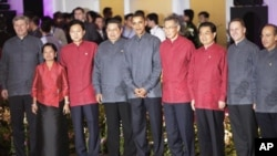 亞太經貿組織與會各國首腦民族服裝合照