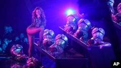 Beyonce tampil di panggung dalam acara MTV Video Music Awards di Inglewood, California (24/8). (AP/Matt Sayles/Invision)