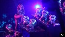 Beyonce tampil di panggung dalam acara MTV Video Music Awards di Inglewood, California (24/8). (AP/Matt Sayles/Invision)
