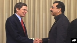 U.S. Special Representative to Pakistan and Afghanistan, Marc Grossman shakes hands with Pakistani Prime Minister Yousef Raza Gilani.