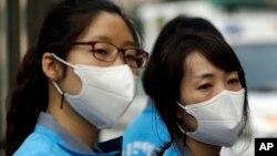 Nhân viên y tế Hàn Quốc đeo khẩu trang để ngăn ngừa virut bệnh MERS tại Seoul, ngày 13/6/2015.