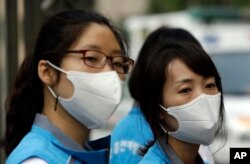 Người Nam Triều Tiên đeo khẩu tranh đến tránh lây nhiễm MERS.