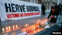 Un hommage rendu à Herve Gourdel, à Lyon, France, le 26 septembre 2014.