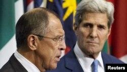 Rossiya Tashqi ishlar vaziri Sergey Lavrov (chapda) va AQSh Davlat kotibi Jon Kerri Suriyadagi vaziyat yuzasidan jurnalistlarga ma'lumot bermoqda, Nyu-York, AQSh, 30-sentabr, 2015-yil.