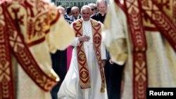 Le pape François arrive pour visiter la cathédrale apostolique à Etchmiadzin, en Arménie, le 24 juin 2016.