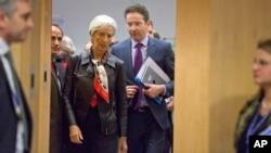 Tổng giám đốc IMF Christine Lagarde (giữa) cùng Bộ trưởng Tài chính Jeroen Dijsselbloem đến dự hội nghị khối euro ở Brussels, 11/2/15