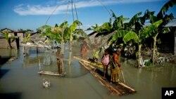지난 31일 인도 북동부 아삼주 모리가온에서 계설정 집중호우로 홍수가 발생한 가운데, 주민들이 바나나 나무로 만든 보트를 타고 대피하고 있다.