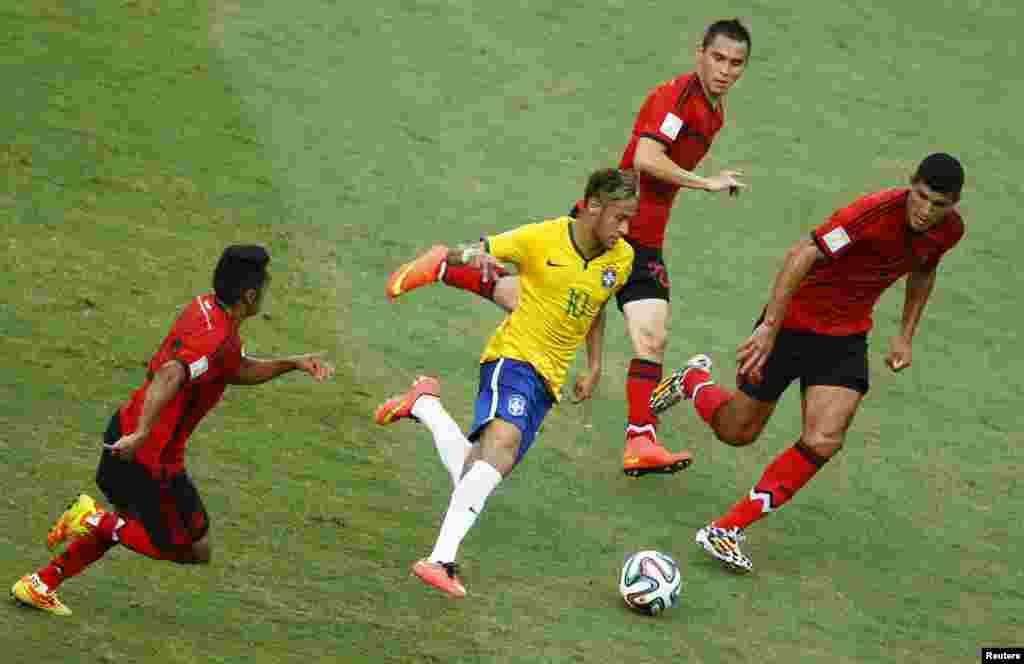 برازیل کے نیمار سے فٹ بال چھیننا میکسیکو کے کھلاڑیوں کے لیے ایک چیلینج بنا ہوا تھا
