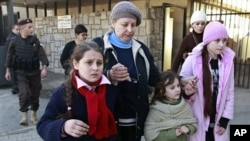 Puluhan warga Rusia meninggalkan Suriah dan menyeberang ke Lebanon melalui pos perbatasan Masnaa, Selasa (22/1).