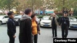 上海冯正虎的助选人遭警察盘查带走(网络图片)