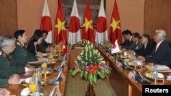 6일 베트남 하노이를 방문한 나카타니 겐 일본 방위상(오른쪽 첫번째)이 풍 꽝 타잉 베트남 국방장관(왼쪽 두번째)과 회담하고 있다.