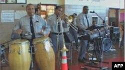 Ban nhạc Rhythm and Blues gồm 8 cảnh sát và một tay trống dân sự