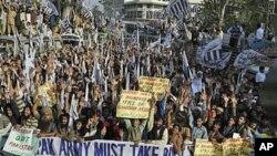 巴基斯坦宗教團體的支持者11月29日在拉合爾示威﹐抗議北約戰機襲擊。(資料圖片)