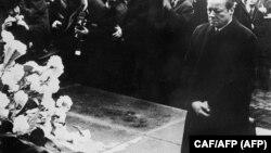 """Almanya Başbakanı Willy Brandt'ın Varşova'da """"Yahudi Anıtı"""" önünde diz çöktüğü an."""