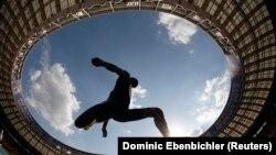 Teddy Tamgho, atlet lompat jauh Perancis dalam kejuaraan atletik dunia IAAF di stadion Luzhniki, Moskow, Agustus 2013. (Reuters/Dominic Ebenbichler)