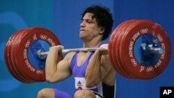 2004年雅典奥运会上参加94公斤级举重比赛的沙欣·纳斯里亚尼。(资料照)